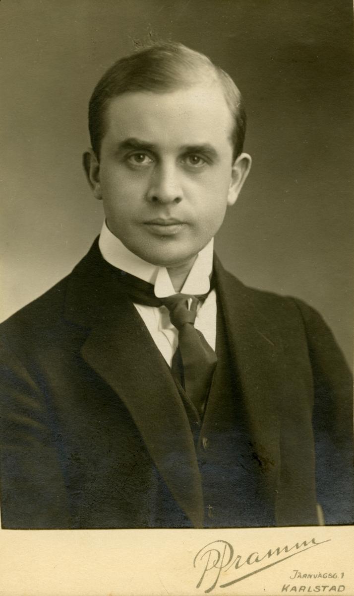 Visitkort från Petrus Pramms (1888-1940) ateljé högst upp i hotell Drotts hus åt norr. Han kom till Karlstad 1914 och var verksam här till 1927 och flyttade sedan till Göteborg.
