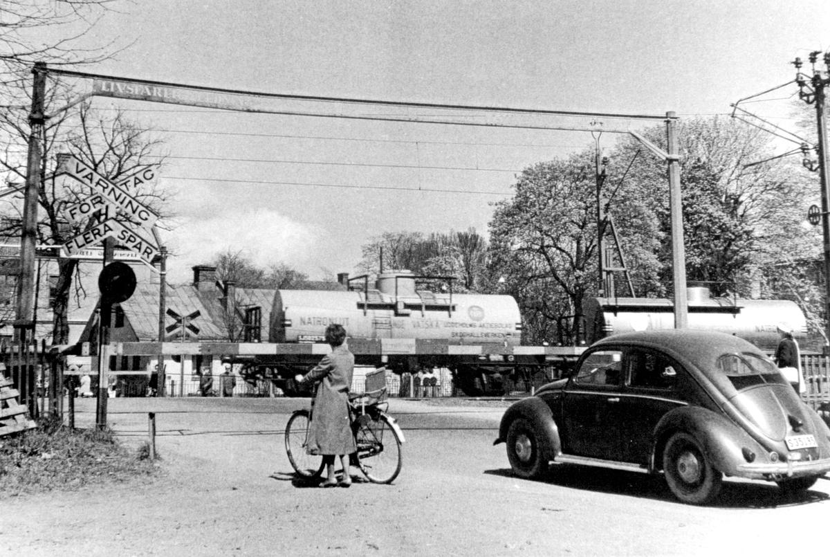 Järnvägsövergången vid Stallgatan i Viken mot Grevgatan 1948.