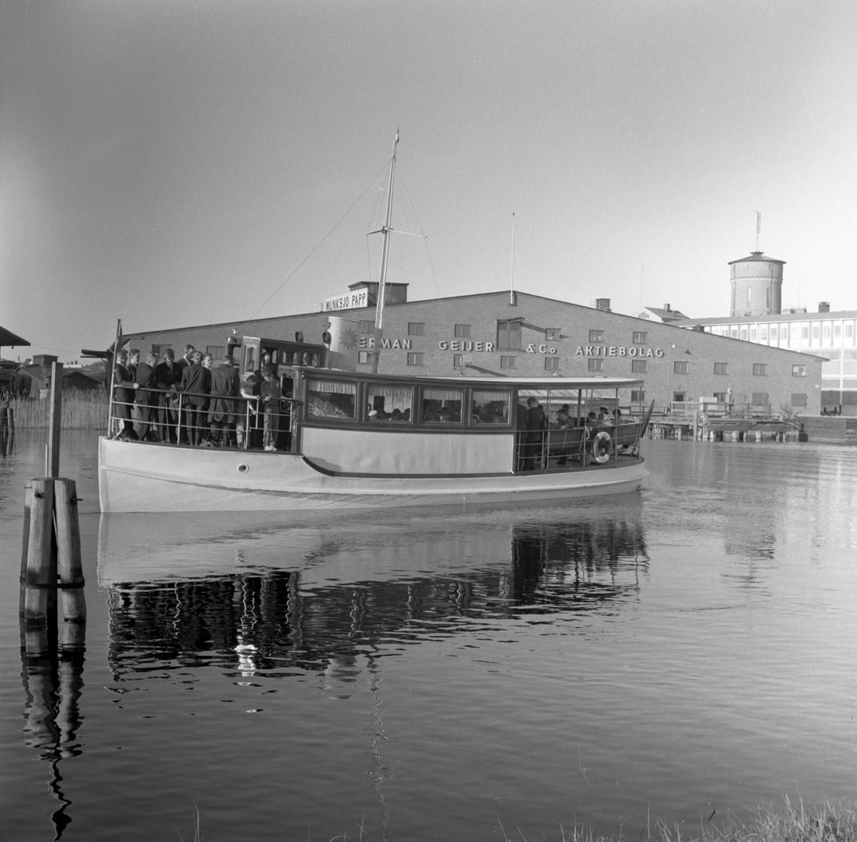 Studenter tar båten till restaurang Tynäs 590524.