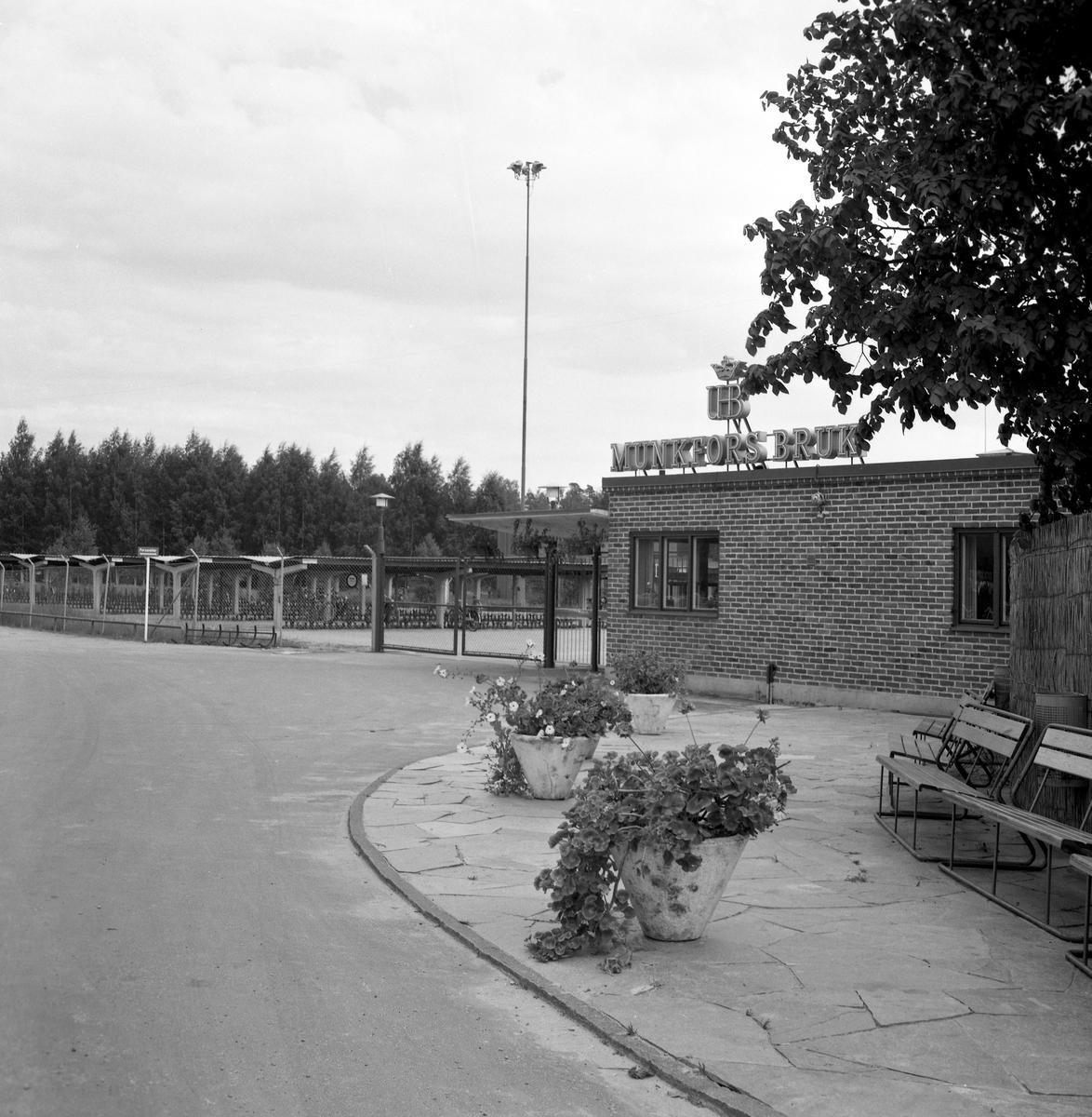 """Någonstans i Värmland - från slutet av 1950-talet. Kommentar från användare: """"Fabriksporten Munkfors. Nuvarande Böhler Uddeholm""""."""