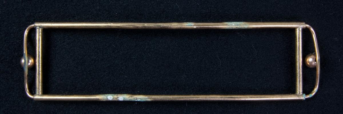 Skärpstöd av mässing, rektangulärt med kortsidor av svängd ten med pålödd kula.