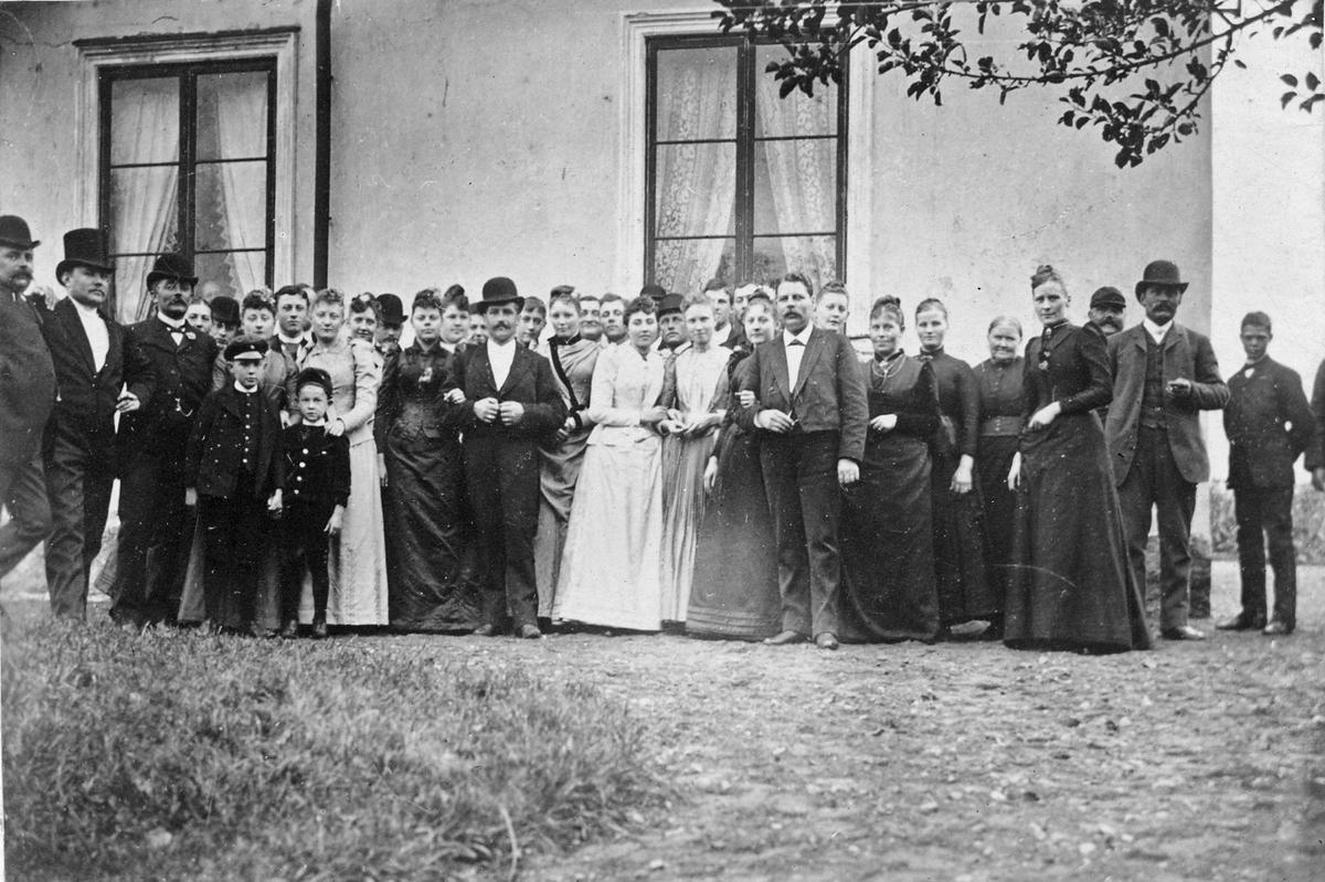 Dagen efter Hjalmar och Augusta Wigströms bröllop på Ekeby bro.
