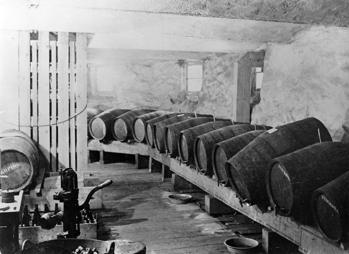 """S. Björlings vinaffär. Tappningen"""". I tingshusets källare. 1900."""
