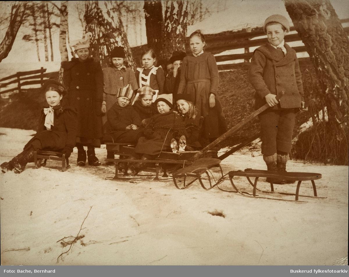 Vintermotiv. Gruppe barnmed kjelker.  Bjørg Bache f 1903, Gerd Bache  f. 1899, Leif Bache  f. 1897