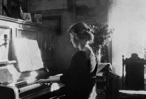 Kirsten ved pianoet i Vindern