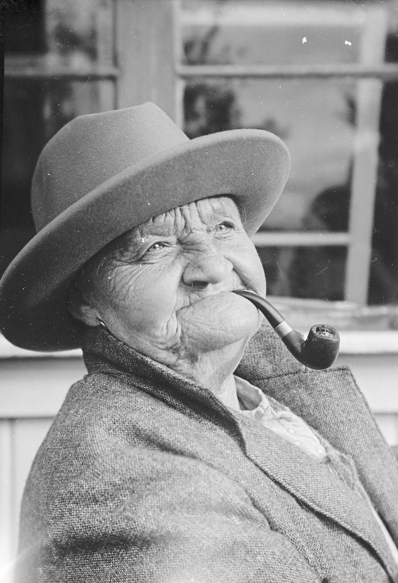 Kvinna. Tidsomfånget är 1900 - 1940