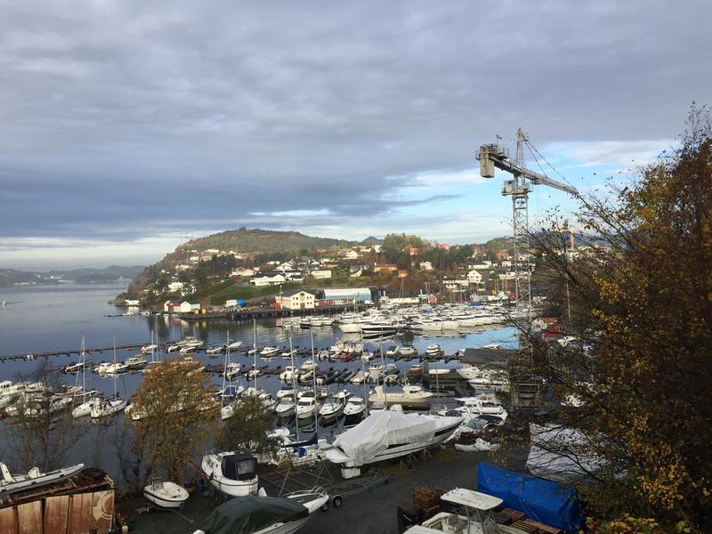 Fana båthavn med Dolviken sjøkabellager i bakgrunnen