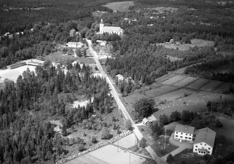 Vy över Västra Torsås med kyrkan i bakgrunden.
