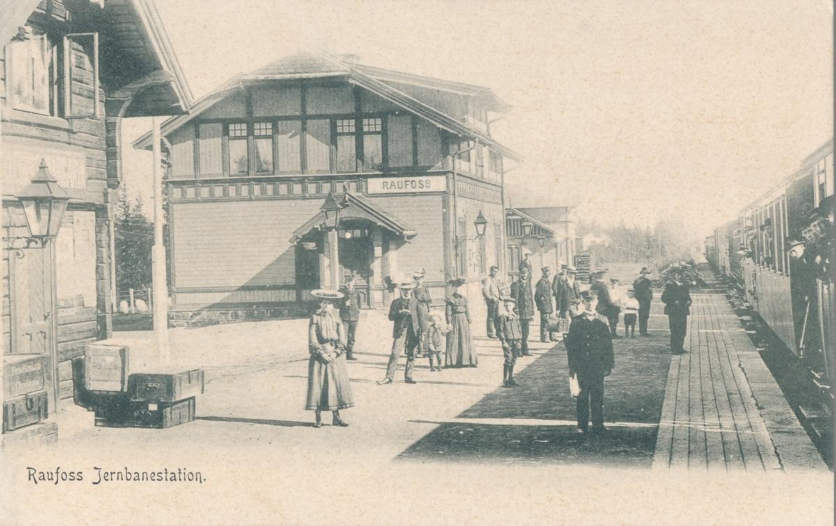 Raufoss jernbanestasjon. Mange fremmøtte på plattformen.