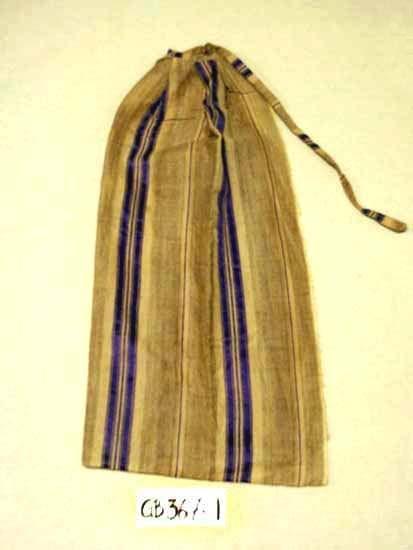 Midjeförkläde. Handvävt.  Kvalitet: bomull, silke och ylle.  Mått: Midja 22 cm, längd 73 cm, knytband 73 cm. Randigt i färgerna lila, beige och brunmelerat.  Teknik: tuskaft och kypert i varpeffekt.  Modell: djupa veck lagda vid midjan. Sömmar handsydda. Inskrivet i huvudkatalogen 1996-1997. Funktion: Skydd för kjolen.