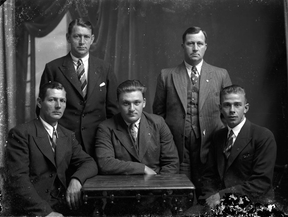 Fem okända män i kostym. Foto 1930-talet.