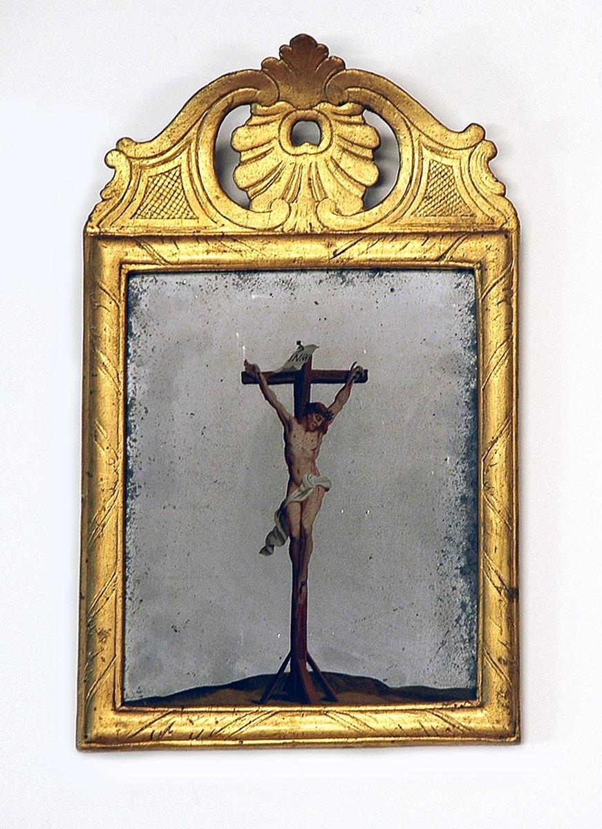 Spegel, rokoko, förgylld ram, på krönet rokokoornament. På glaset målad Kristus på korset.
