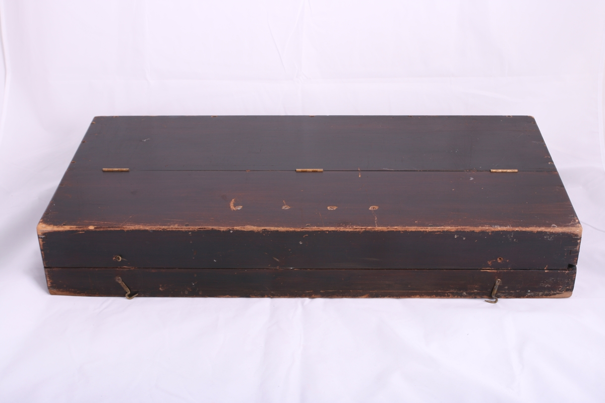 Stumpiano fra Oslo Pianofabrikk. Bærehåndtak på forsiden av instrumentet.