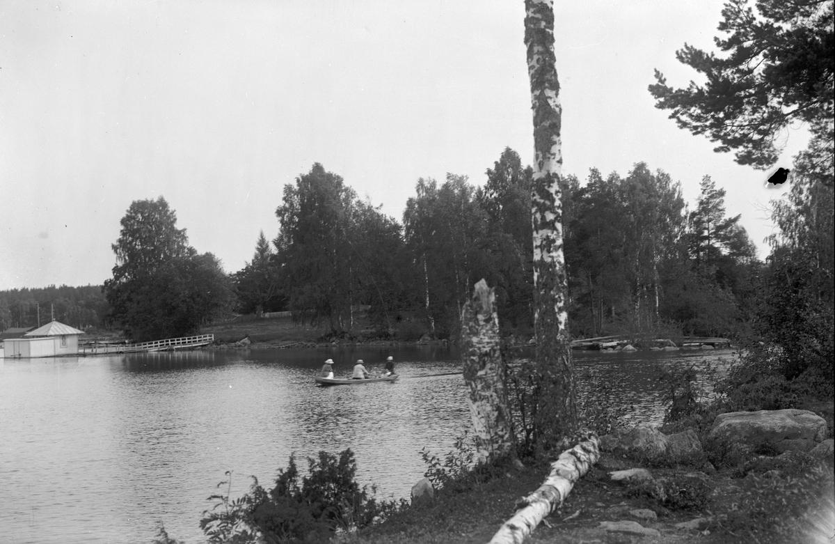 Badhuset i Hammarbyparken, Utloppet i Altebosjön, mot Gavelhyttan till Höger