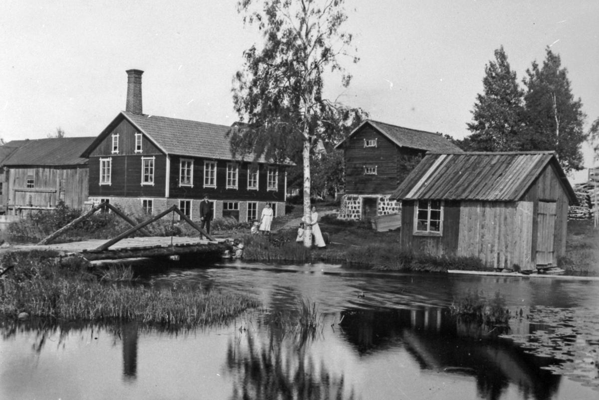 Den 15 juli 1900 övertog Erik Eriksson den gamla kvarnen och linskäckten. Han startade mekanisk verkstad och samarbetade med Norbergs gjuteri i Berg. Omkring 1910 började han bygga om till en större verkstad och 1913 fick han patent på ett tröskverk som var den största maskinen som tillverkades. Nya verkstaden påbörjad, den gamla syns till vänster.
