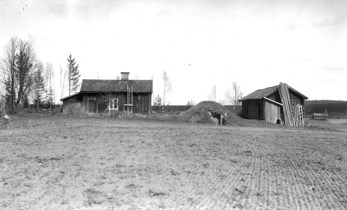 Soldattorpet låg vid Rotjorden. Gården revs 1930 och uthuset omkring 1935. Källaren, brunnen och grundstenarna syns efter husen.