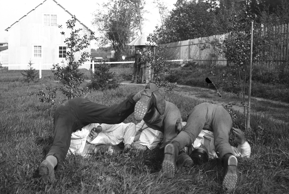 Militärer gör kullerbytta i gröngräset
