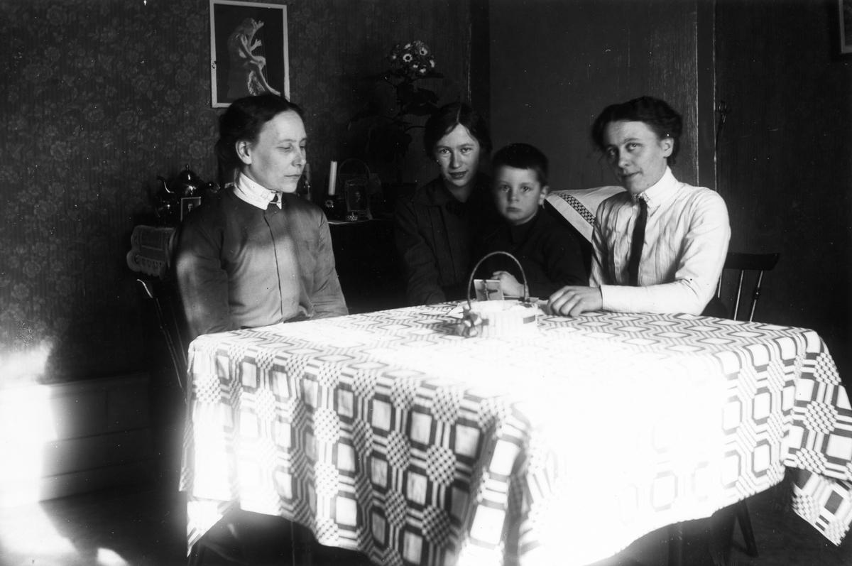 Från vänster: Storpelles-Anna (Eriksson), Storpelles-Karin, Storpelles-Hilda, pojken okänd.