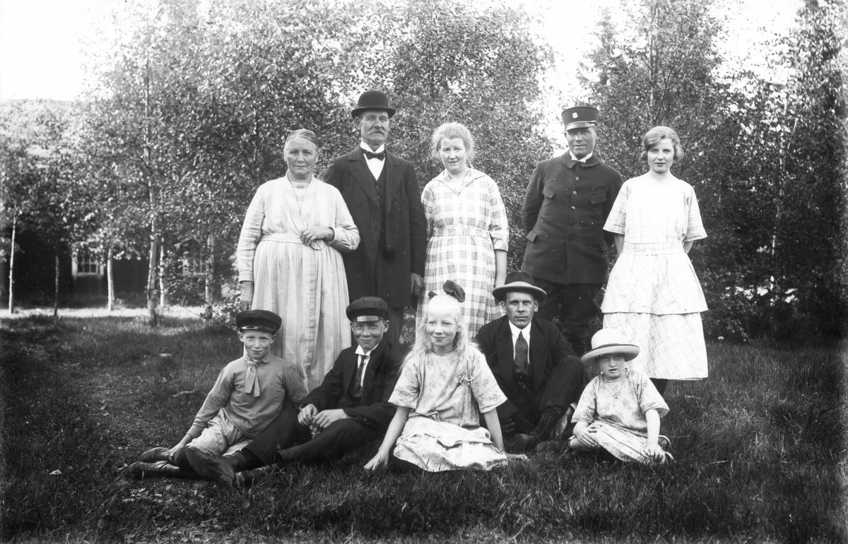 Kusken Jansson på herrgården med familj. Stående från vänster: två okända personer, fru Jansson, Tyko Jansson och dottern Britta. Sittande från vänster barnen Bengt, Martin och Dagmar, övriga två okända.