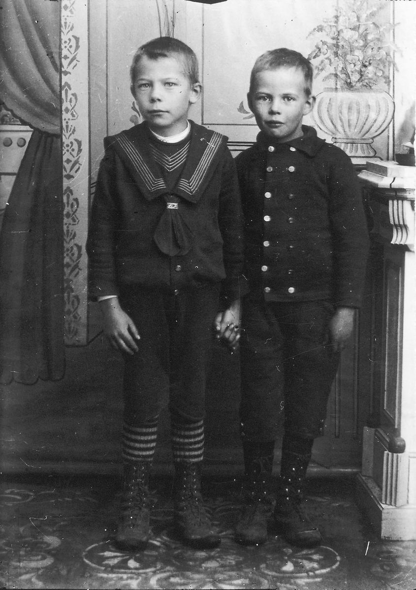 Pojken till höger är Per Herman Lindberg, pojken till vänster okänd, möjligen Green.