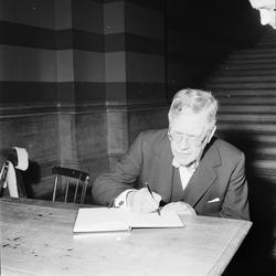 Utrikesminister Östen Undén vid skrivbord, Uppsala, februari