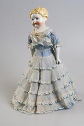 Kirsten Flagstad hadde flere gudbarn som hun var svært glad i og hun likte å gi dem gaver. Denne dukken er en hun lagde til et gudbarn her i Norge og dukken står nå i utstillingen på museet.