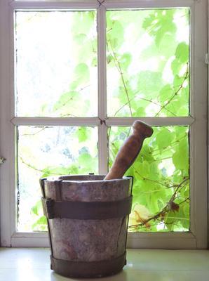 Morter og pistill. I vindu i urtekammeret på Norsk Folkemuseum. Foto: Eva Brænd. Foto/Photo