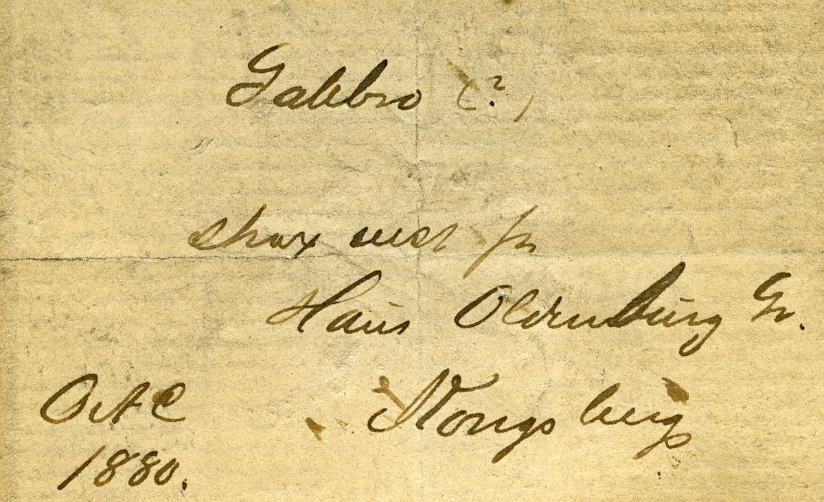 2 etiketter i eske:  Etikett 1: Gabbro (?) Strax vest for Haus Oldenburg Gr. Kongsberg OAC 1880  Etikett 2: Gabbro Straks V. for Haus Oldenburg grube Kongsberg O.A.C 1880