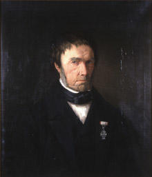 Portrett av Zacharias Mellebye. Mørk drakt, svart halsbind, hvit skjorte. Orden festet på jakkeslaget. (Foto/Photo)