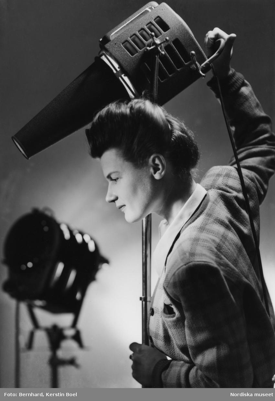 Kerstin Bernhard (1914-2004) var en legendarisk mode-, mat- och reportagefotograf. Efter fotografisk utbildning i Tyskland öppnade hon 1939 en egen porträttateljé i Stockholm. Förutom att porträttera brudpar och barn, fotograferade hon skådespelare.