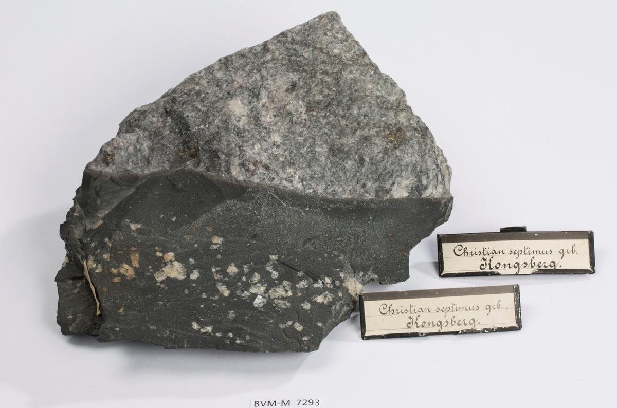Diabasporfyritt som kutter mineralisert sidebergart  Etikett på prøve: 13. Kongsb. sølvværk dedit 17-10-91