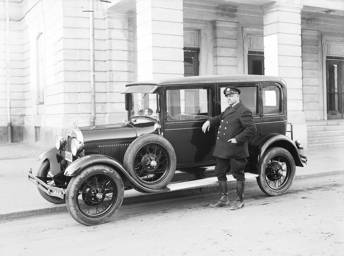 Bil med chaufför utanför teatern