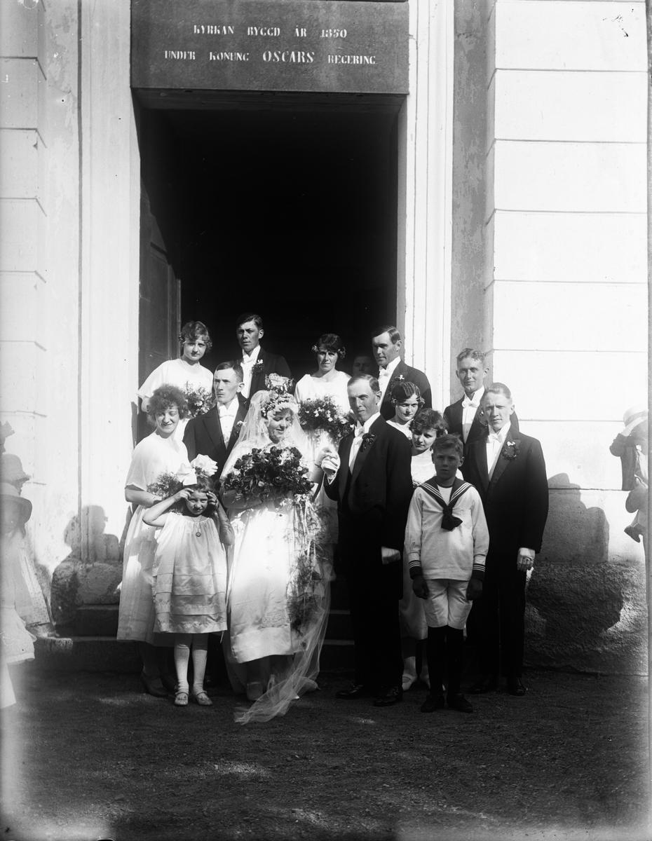 """""""Brudparet med följe utanför kyrkan"""", Hallgrens bröllop i Altuna kyrka, Uppland 1921"""
