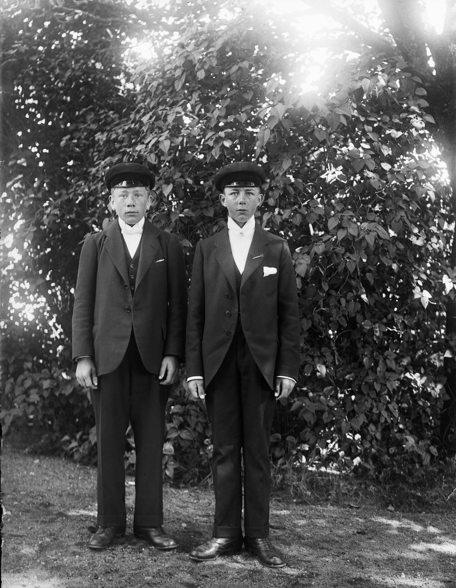 Nils Palmgren, Bredgården och Nils Anderson, Prästgården, Fjärdhundra - konfirmationsporträtt vid Simtuna kyrka, Uppland 1921