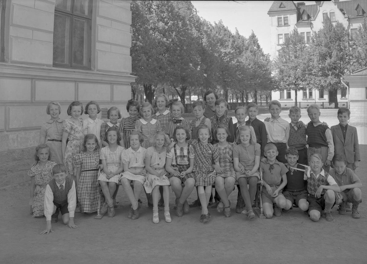Fröken Nilsson med okänd skolklass på Norra Skolans rastgård