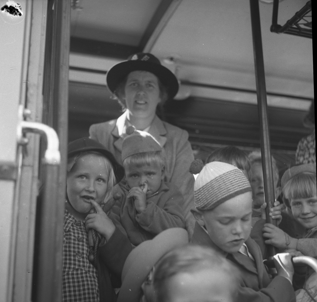 Barn som ska tillbringa sommaren på Rörbergs koloni. Reportage för Norrlands-Posten. 19 - 20 maj 1949.