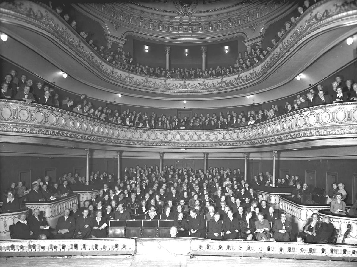 Teaterinteriör med åskådare. Den 8 november 1945