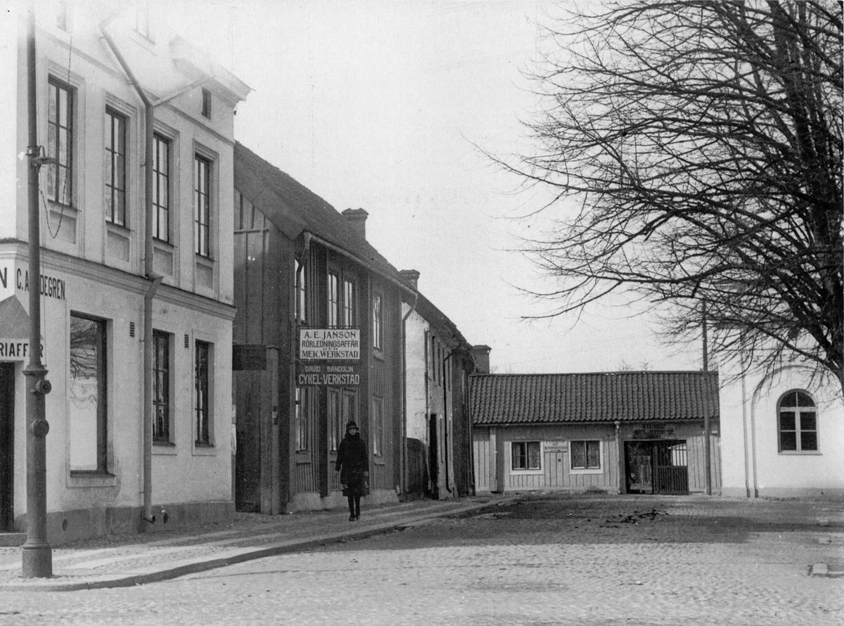 Kyrkogatan, nuv. Scheelegatan med bl.a. Widegrens affär, Bandolins cykelverkstad