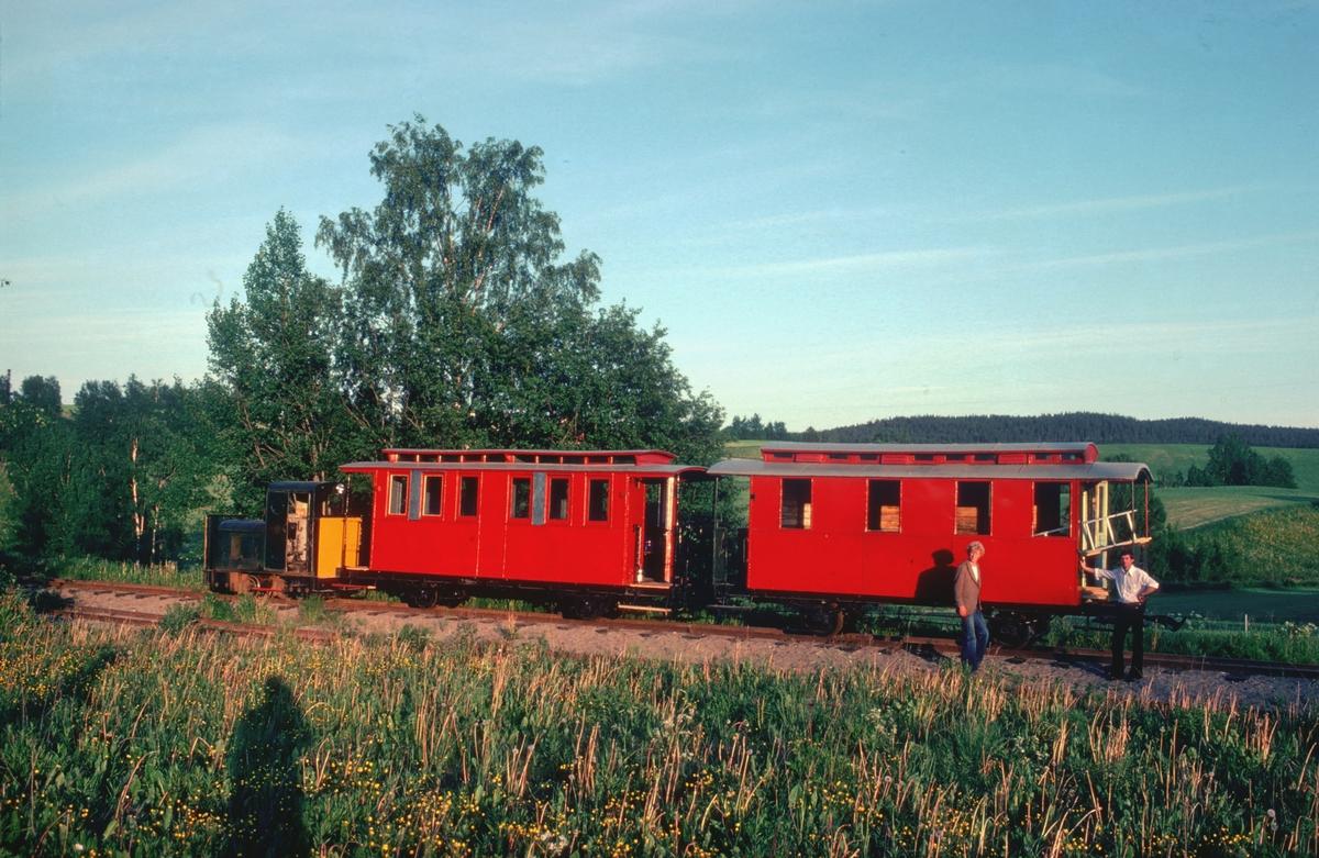 To polske passasjervogner anskaffet til Urskog-Hølandsbanen, Tertitten, fotografert etter at de er satt på sporet på Sørumsand. Yngve Skaara og Lars Liaaen er med transporten til Bingsfoss.