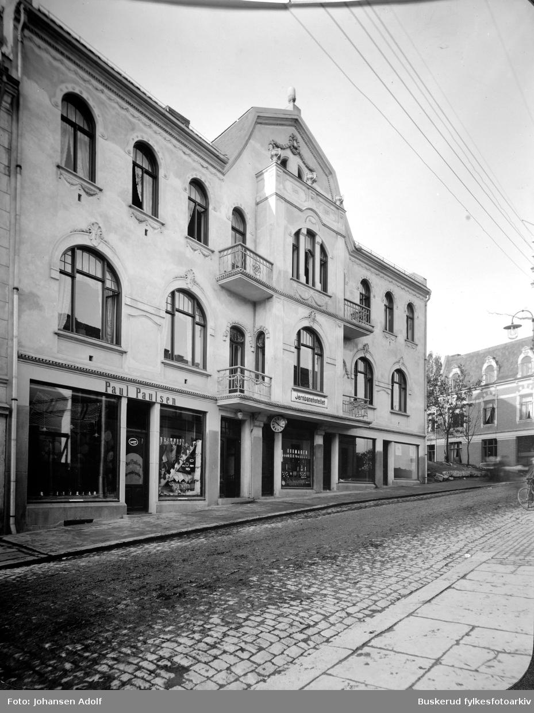 Jernbanehotellet i Hønefoss Bildet viser fasaden sett fra Stabellsgate. Inneholdt også 2 butikker: Paul Paulsen Herreekvipering og Edv. Nøklebye Uhrmager. Bygningen er bygd jugenstil, og regnes som fremste representant for denne stilen i Hønefoss. Oppført for Jacob Aabel i 1913.