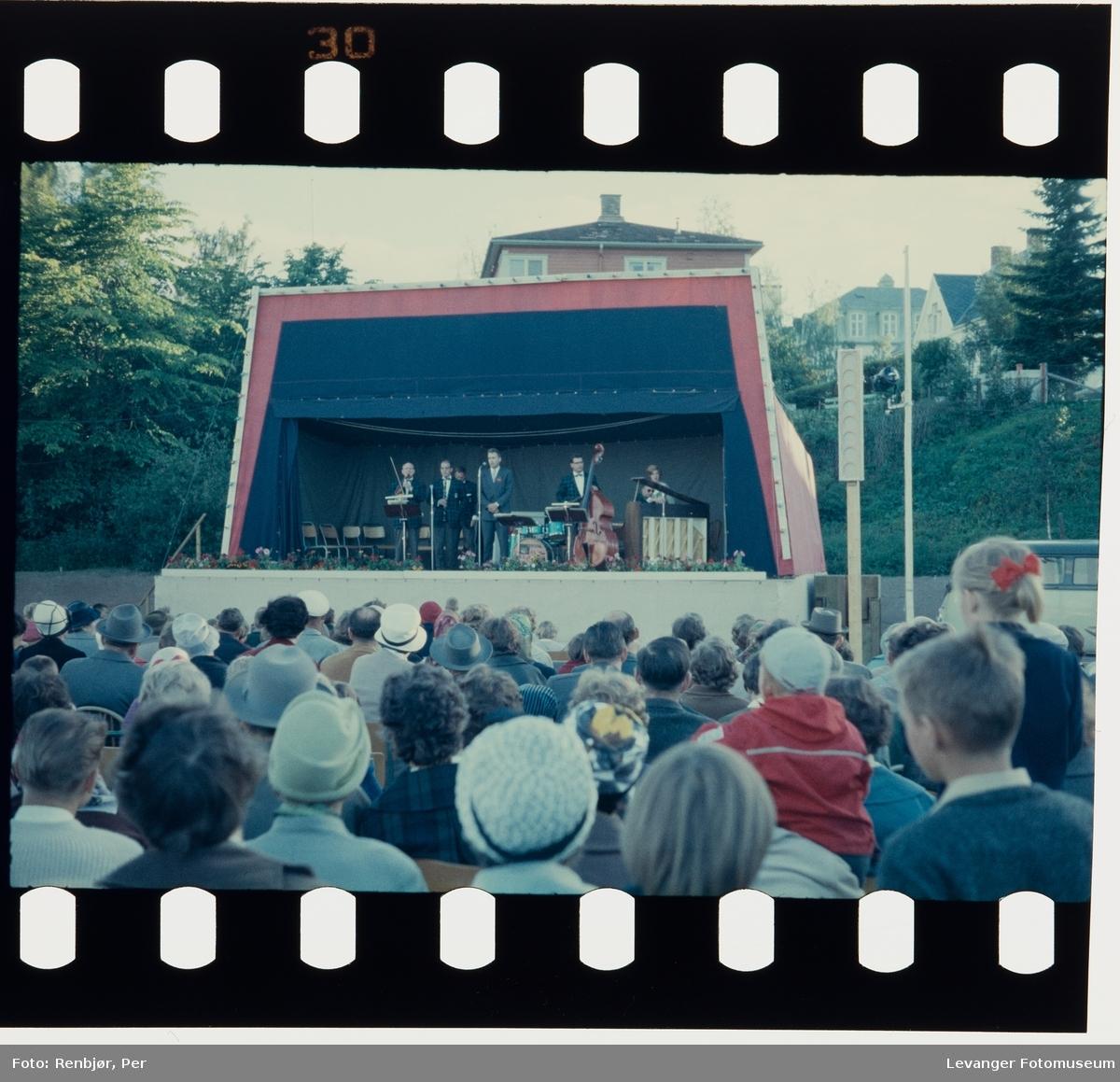 Fra 125-års jubileet i Levanger, 1961, utendørs scene med musikere.