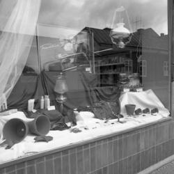 """""""Södra skyltfönstret hos Edwin Andreassons. I skyltfönstret"""