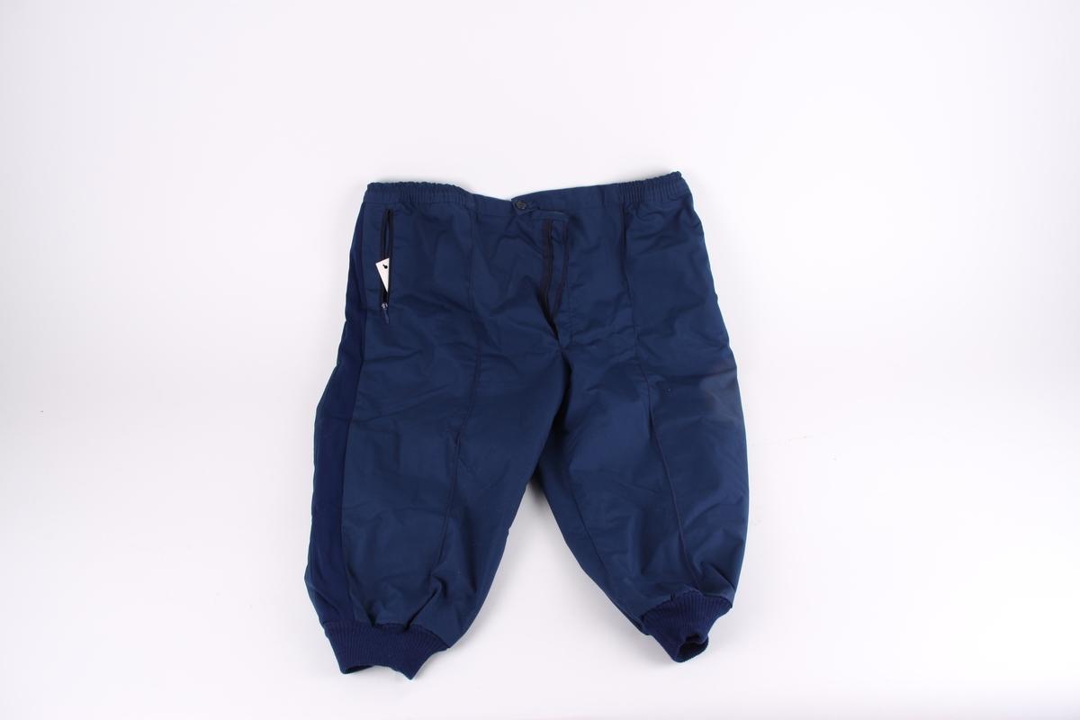 En blå nikkers med strikk i livet og rundt knær.