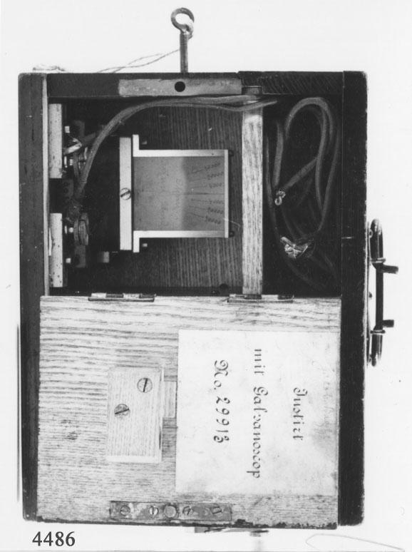 """Isolationsprovare innesluten i svartmålad låda av trä. Inuti lådan finns induktionsrulle, ohm-mätare och kontakter med provningssladdar. Induktionsrullen försedd med vev på yttersidan av lådan. Ohm-mätare och provningssladdar är åtkomliga genom låsbar lucka på ena sidan av lådan. Luckan märkt på innersidan: """"Instirt mit Galvanoscop No 29913"""". Lådan är försedd med bärhandtag av järn. Den är utvändigt märkt med vitt med """"J.Bagge"""". Instrumentet har tillhört kryssaren Jacob Bagge."""