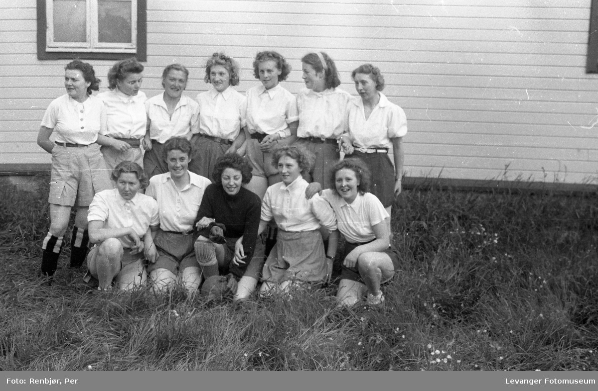 Levanger, Sanitetens' Opptog, foball kvinner gruppebilde.