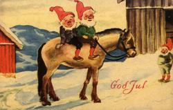 Julekort. Snødekt gårdstun. I forgrunnen to nisser til hest.