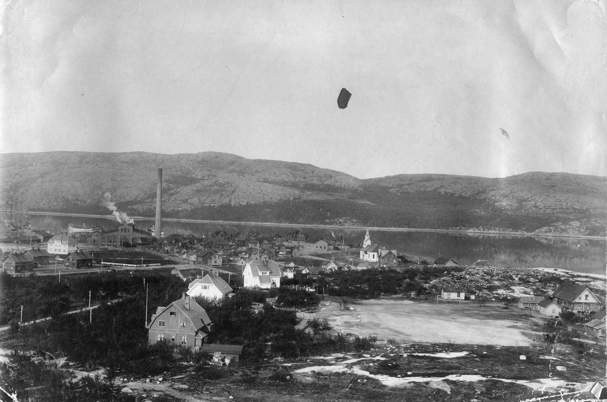 Panoramabilde over Kirkenes sentrum, 1912. Kirken kan sees ca midt i bildet.