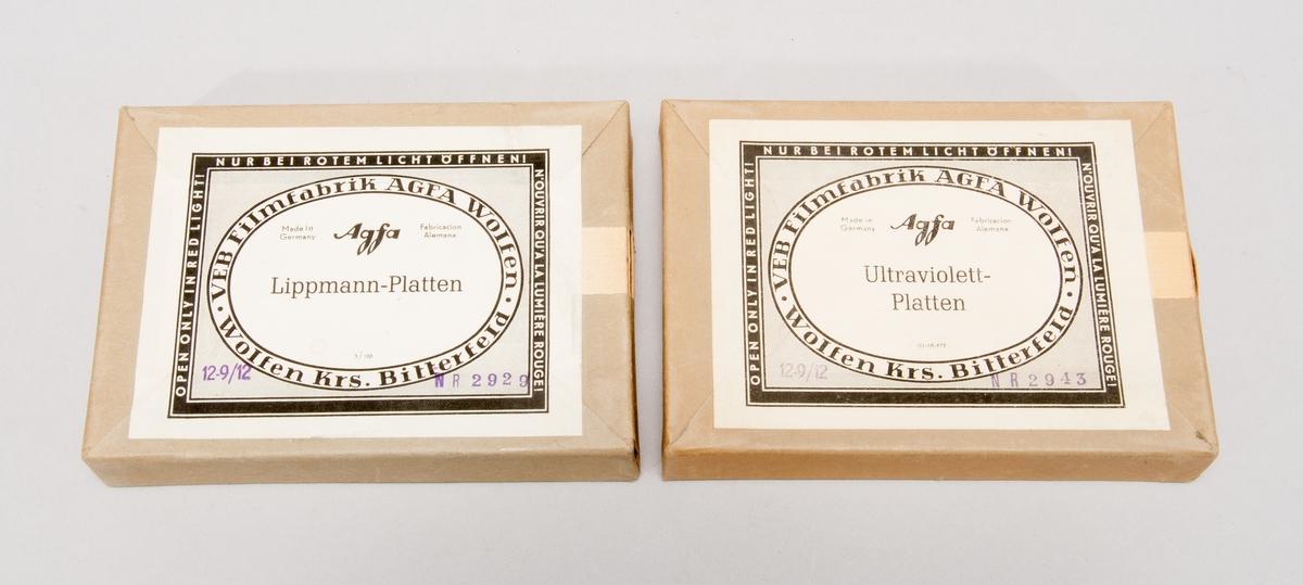 """Glasplåt i format 9x12, förpackning om 12 st. Två obrutna förpackningar varav en """"Lippmann-platten"""" och en """"Ultraviolett-platten""""."""