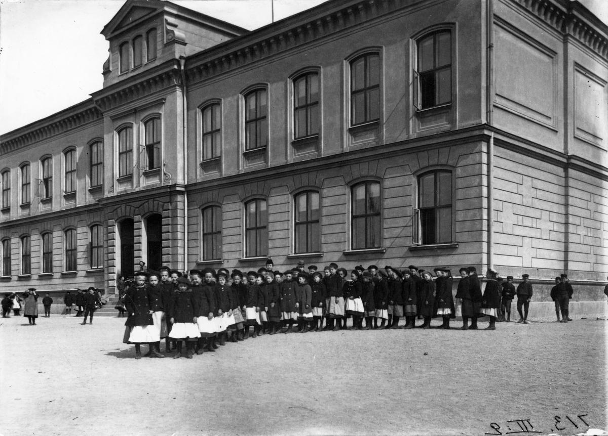 S:t Olovsskolan. Eleverna marscherade från skolan nedför backen till nuvarande S:t Olovsgatan, där de sedan skiljdes åt. Bilden från före 1905.