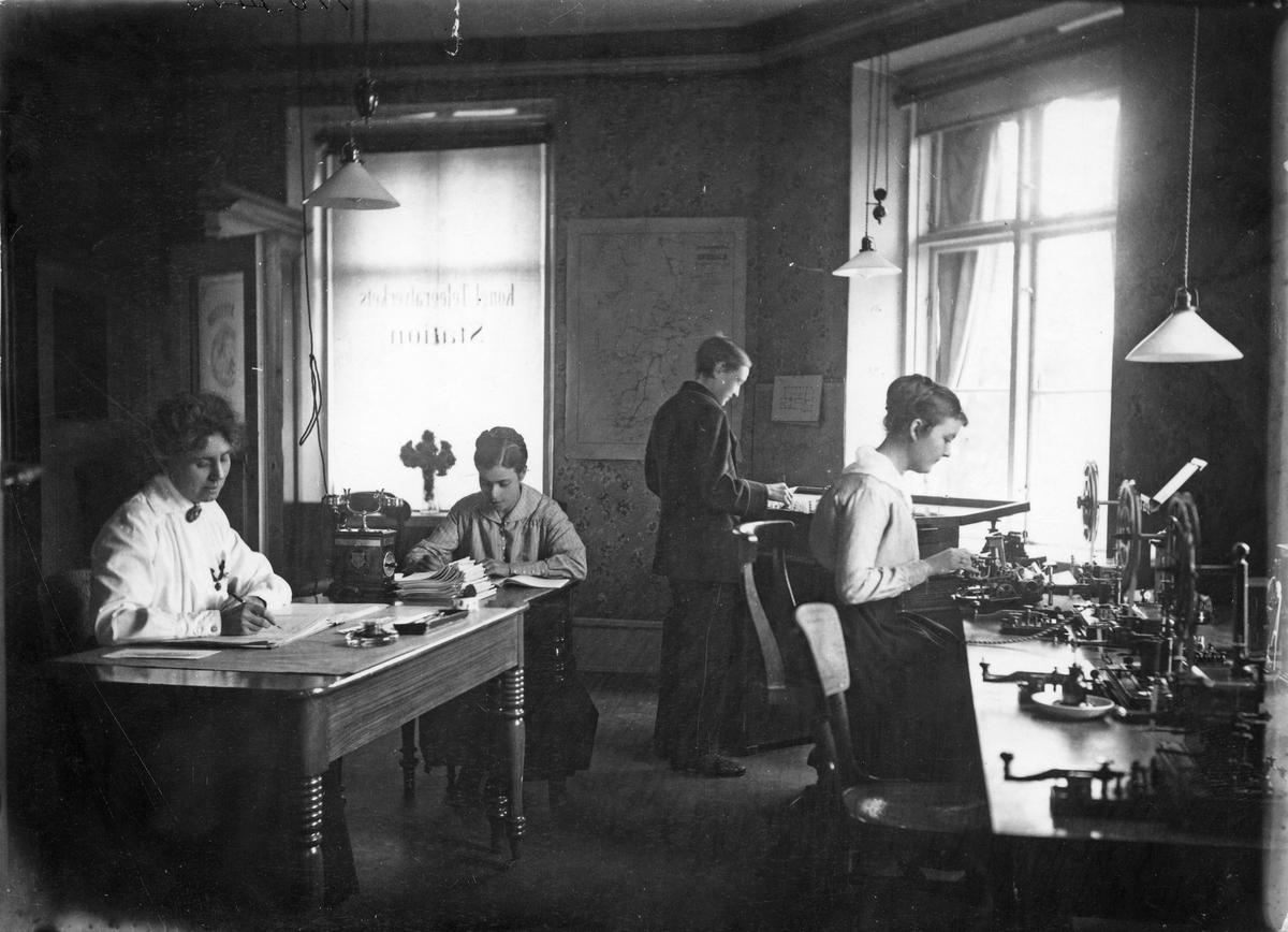 Köpings Telegrafavdelning Personal: Himmi Öberg, Emy Sjögren, Knut Haglund & Emy Carlsson.